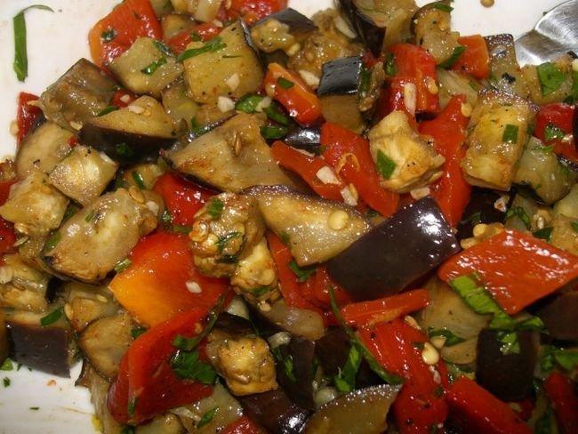 Салат из жареных синеньких помидоры с майонезом фото