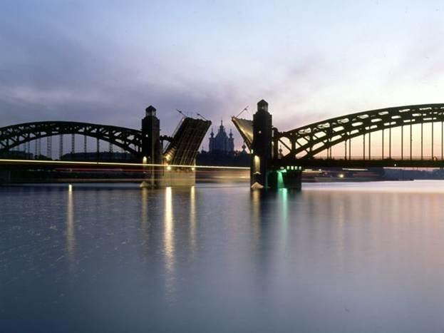 Большеохтинский мост. Сто лет назад строительству моста предшествовали длительные дебаты в Городской думе. Соединить берега Большой Невы именно в этом месте планировали еще при Николае I. Построенный наконец в 1911 году мост явился одним из уникальных строений в Европе.