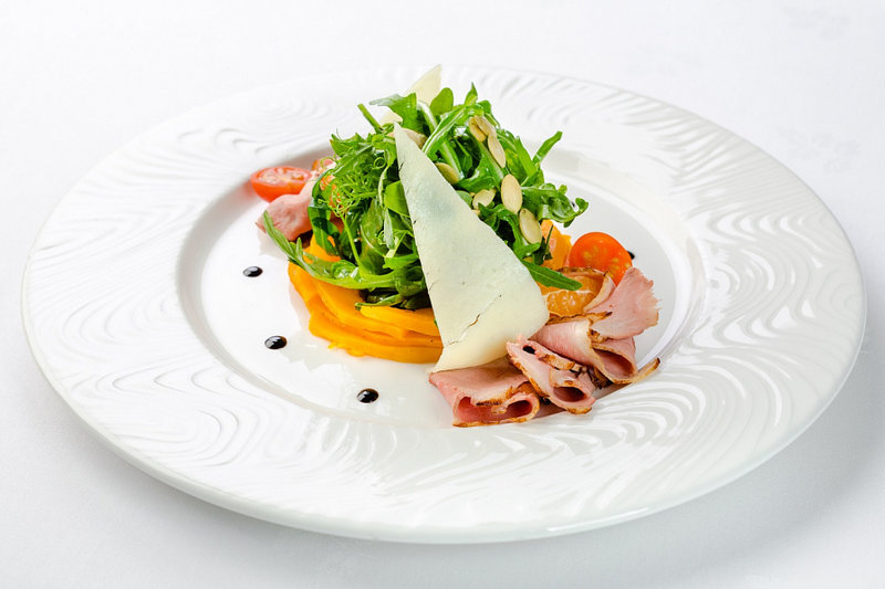 Салат с печеной тыквой, утиной грудкой и овечьим сыром