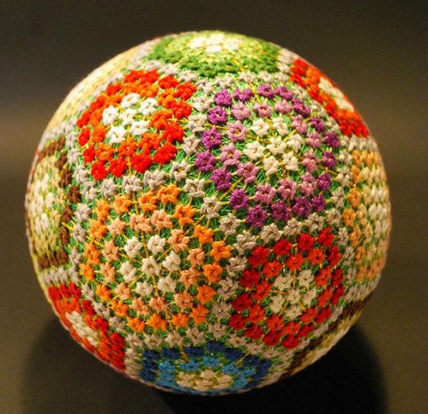 Искусство тэмари - японская национальная техника вышивки на шарах. Для основы используют полоски мягкой ткани длиной 30-40 и шириной 1,5—2 см. Основной рисунок