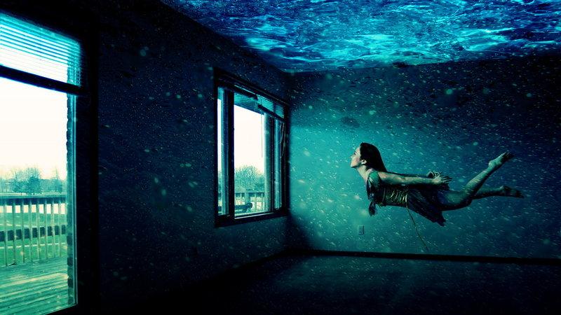 под водой девушка