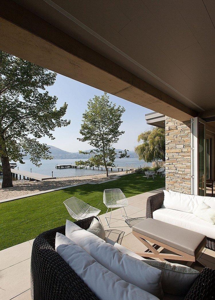 Комфортный двухэтажный дом с панорамными окнами, расположенный на берегу озера. Идеи для дизайна кухни, гостиной, спальни и ванной комнаты.