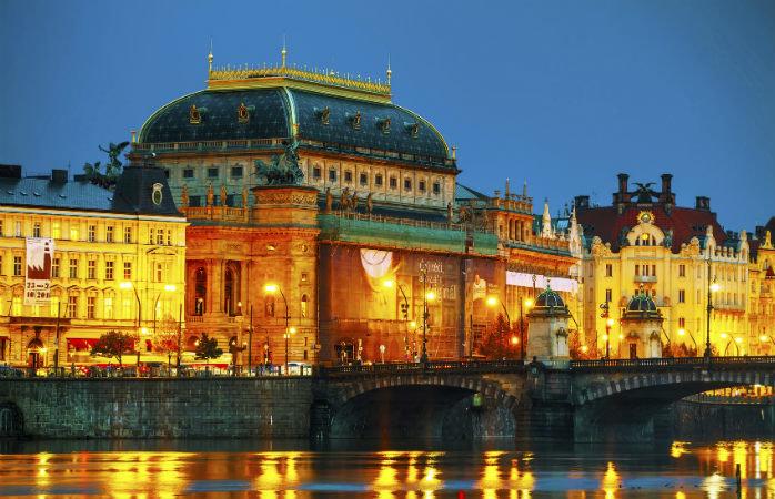 Если вы – заядлый театрал и отправляетесь на Новый год в Прагу, попробуйте совместить приятное с очень приятным и отметить праздник прямо в здании Национального театра