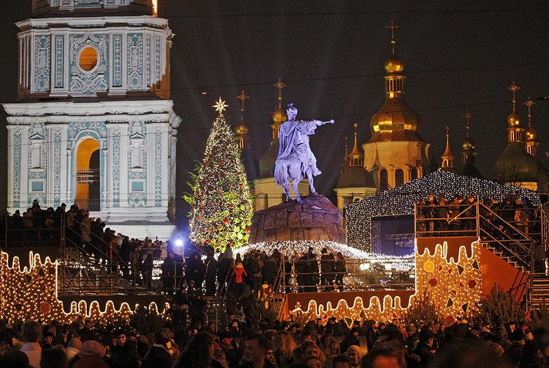 Рождественская ель на площади Росиу в Лиссабоне (Португалия)