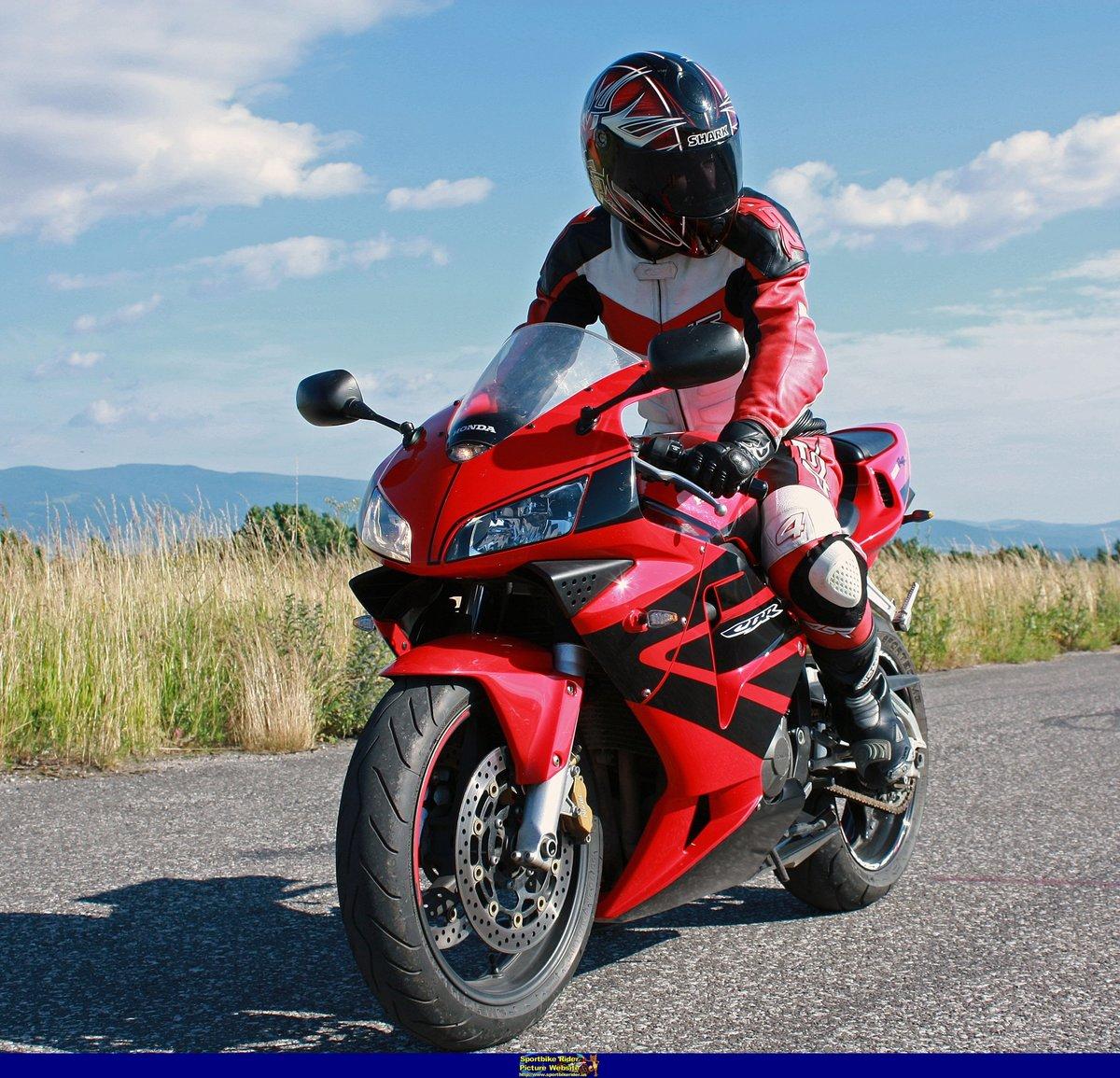 Фото людей на спортивном мотоцикле