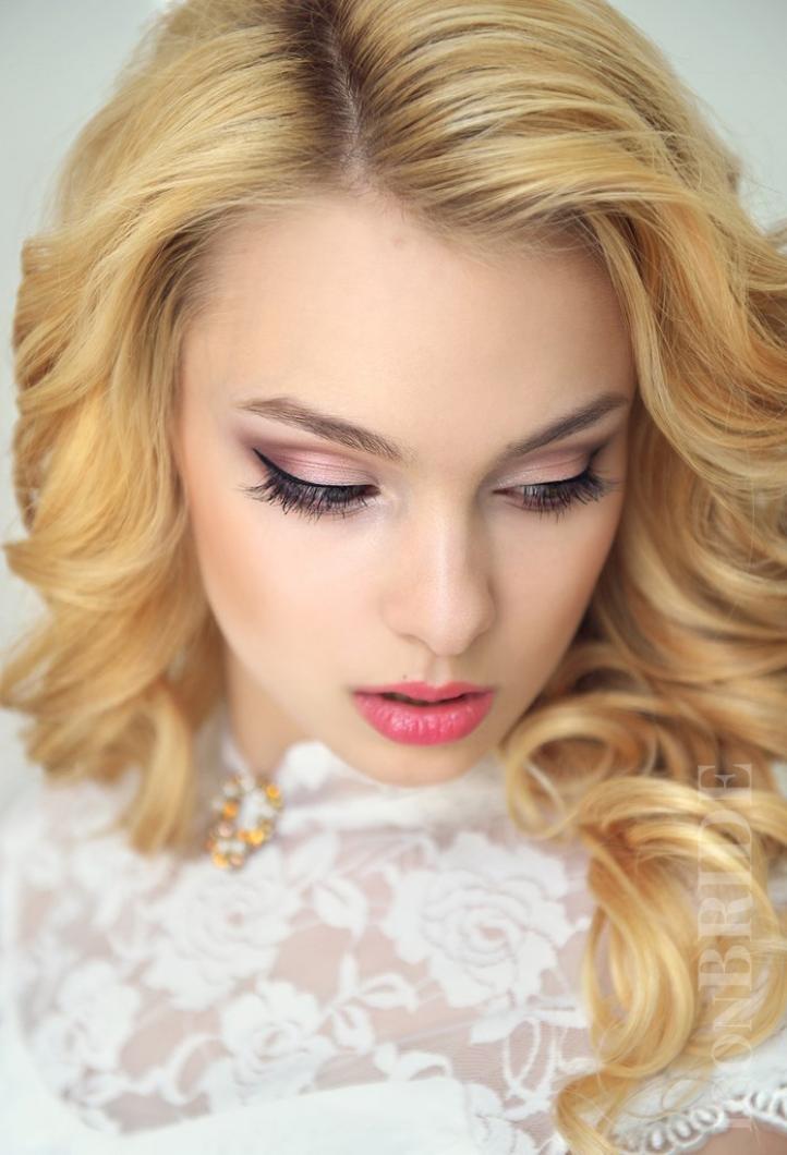 Идеальный свадебный макияж для блондинок с голубыми глазами.