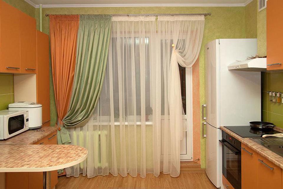 Как оформить кухонную дверь - выход на балкон? какие шторы д.