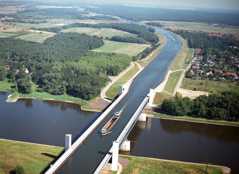 Магдебургский «водный перекресток», Германия, 2003  Где находится: река Эльба, Хоэнварте, Саксония-Анхальт, Германия Тип: консольный, судоходный акведук (мост-канал) Длина: 918 м (главный пролет 106 м)  Когда римский водовод-акведук стал судоходным, известно доподлинно — в эпоху индустриальной революции. В 1805 году в Уэльсе Томасом Телфордом был построен судоходный акведук Понткисиллте, заложивший основные архитектурные и конструктивные элементы и требования к новому типу моста. Понткисиллте построен в виде римской аркады, пилоны которой сделаны из камня, а собственно арки и лежащий на них судоходный желоб — чугунные.