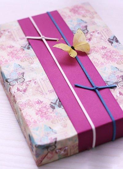 Если купленный подарок уже находится в квадратной или прямоугольной коробке, то ваши усилия по его упаковке сводятся к минимуму. Как красиво и правильно упаковать коробку с подарком расскаже