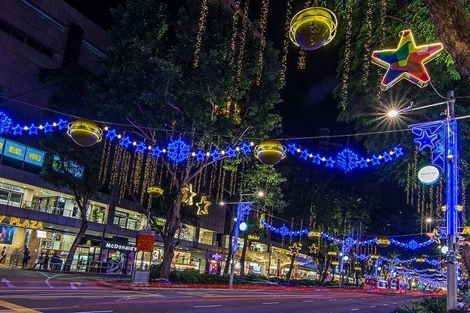 """В этом году красиво, очень """"богато"""", украшена улица, деревья, столбы и здания."""