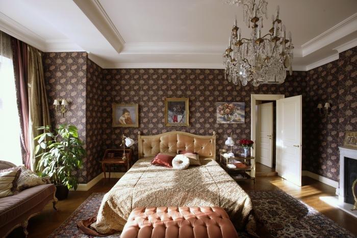Все формы – вертикальные вытянутые, линии – прямые и дугообразные.  Стены оформляют штукатуркой, тканью/обоями полосатыми или с круглыми  распустившимися розами, реалистично нарисованными птицами, животными. Часто стены оформляют гобеленами или обоями со сложным орнаментальным рисунком, часто объемным, напоминающим барельеф. Особенно популярны обои британского производства, имитирующие ткань. Используются изображения листьев – кленовых, дубовых и березовых, папоротников, а также лесных цветов и ягод: ландышей, клевера, земляники.