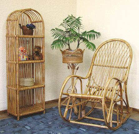 Кресло из лозы и тумбочка.