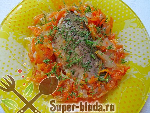 Рыба тушеная с овощным гарниром и зеленью.