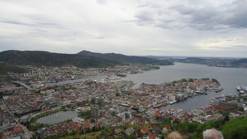 Берген (Bergen)  Порт Берген — второй по величине город Норвегии, столица фюльке Хордаланн и крупнейший город Западной Норвегии. Расположен на западе страны, на берегу Северного моря в регионе Мидтхорланн. Занимает Бергенский полуостров, защищённый от моря островами Аскёй, Холснёй и Сутра. До 1299 года являлся столицей Норвегии, примерно до 1830-х годов также был крупнейшим городом страны. Сегодня Берген— крупный порт, центр нефтяной промышленности. В городе имеется университет. Средневековая набережная Бергена является одним из объектов всемирного наследия ЮНЕСКО. На 2000 год Берген был провозглашён культурной столицей Европы здесь проходил конкурс песни Евровидение 1986. Источник: http://www.qashqai-club.com/bb3/viewtopic.php?p=341750&t=13612