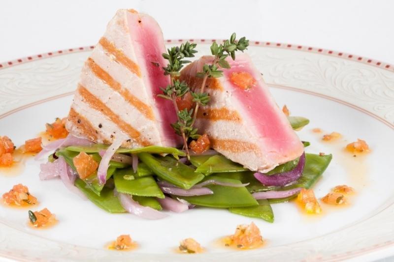 Аппетитное филе из тунца с ягодным соусом