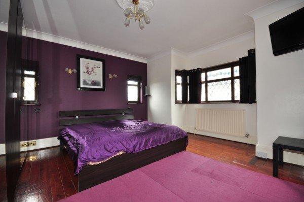 Спальня в фиолетовых тонах.