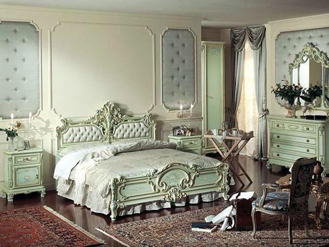 Спальня в стиле барокко: мебель, отделка, декоративные украшения, текстильное оформление. Цветовая гамма, свойственная барокко, основные черты и особенности стиля.