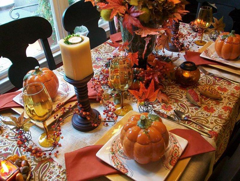 Использовать для осеннего декора стола можно все то, что вызывает у вас осенние ассоциации: желуди, спелые яблоки и груши, колоски пшеницы, тыквы.