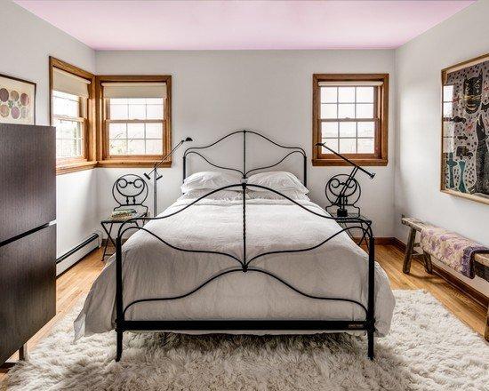 пушистый ковер в узкой спальне