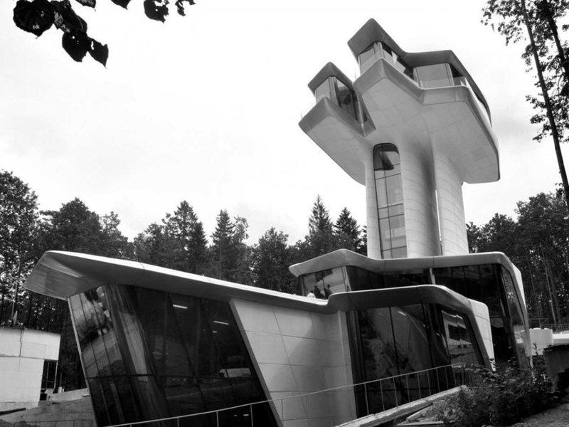 Дом супермодели Наоми Кэмпбелл. Архитектор Заха Хадид. Строительство  заказал для возлюбленной миллиардер Владислав Доронин. Дом напоминает космический корабль, его пол на 20 метров приподнят над поверхностью земли.