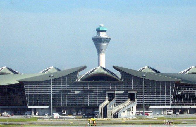 Аэропорт Куала-Лумпур нередко называют «аэропортом в лесу». Здесь зона ожидания и отдыха погружена в настоящий оазис — парк, в котором растет более 90 видов деревьев.