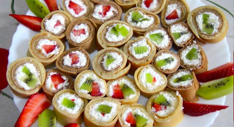 Вкусные и лёгкие сладкие роллы с творожно-фруктовой начинкой понравятся всем - и взрослым и деткам. 3. Примерно на 1/3 от края блина выложить полоской творожную