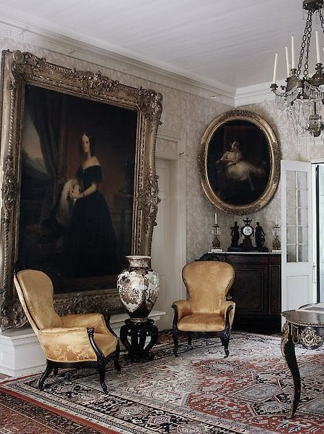 Серая гостиная с высокими потолками и золотистыми шелковыми креслами