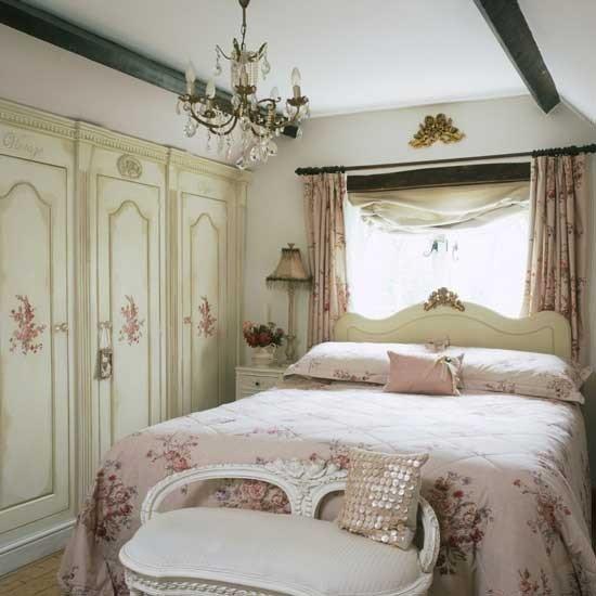 Массивная кровать в милом дизайне смотрится отнюдь не грубо
