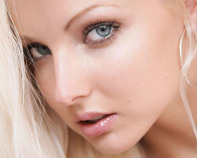 Оттенок макияжа серых глаз в разное время суток
