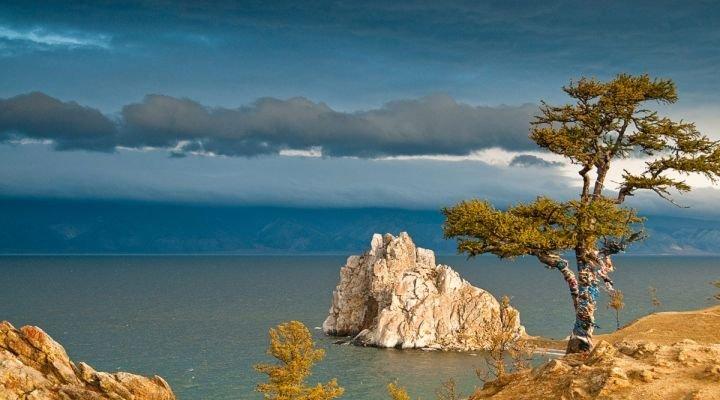 Байкал — не только самое большое по площади озеро России, но и один из крупнейших замкнутых водоемов мира. Правда, в этом рейтинге Байкалу принадлежит лишь седьмое место (в тройке лидеров — Каспийское море, Виктория и Танганьика).