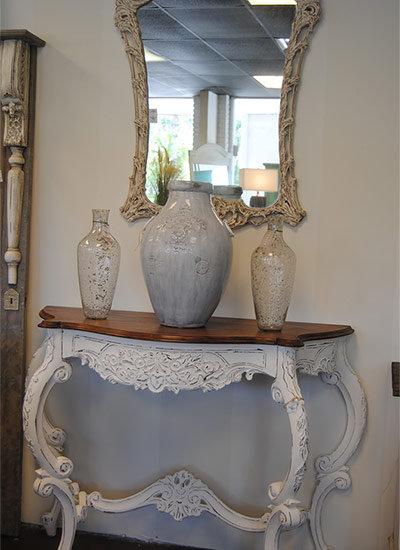 Пристенный столик с роскошным декором и деревянной столешницей