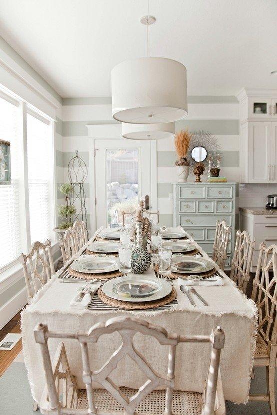 Стол с набором состаренных стульев в белой столовой