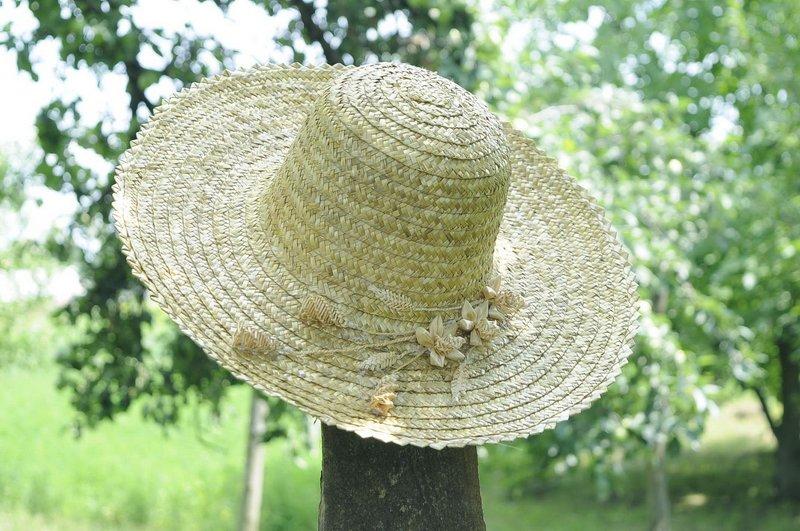 Шляпа женская с плетеными цветами.