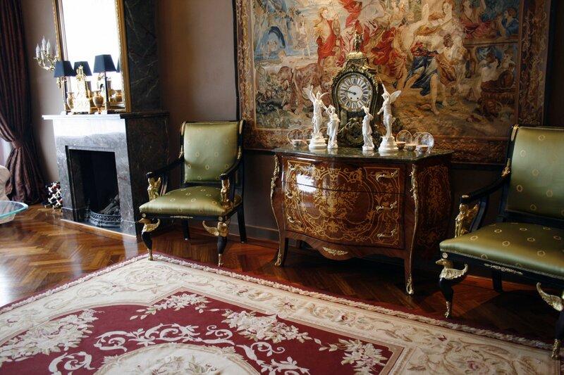 Антикварная мебель, картины и детали из натурального дерева как нельзя лучше впишутся в интерьер зала.