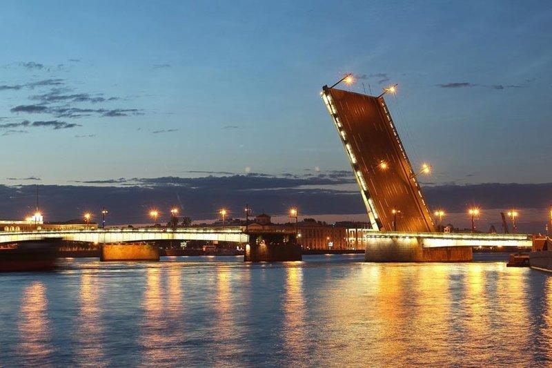 Литейный мост. Переправа через Неву на месте нынешнего Литейного моста существовала еще в глубокой древности. Именно там заканчивалась Новгородская дорога и начинался тракт на Выборг.