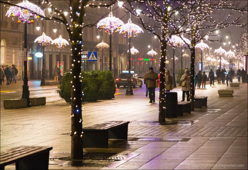 Знаменитый Королевский тракт ведет к Дворцовой площади через одну из красивейших улиц Варшавы - Краковское предместье