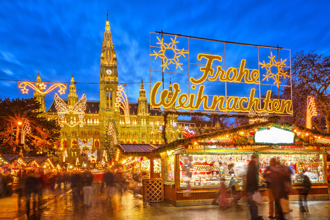 У огромной ели рядом с Венской ратушей каждую зиму вырастает целый городок с рождественскими вертепами, сувенирами и сладостями