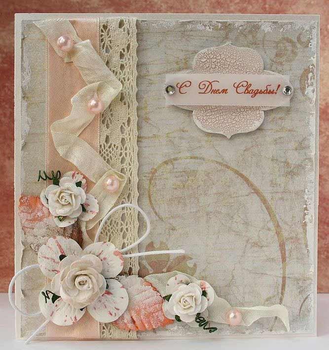 По всем канонам на любой праздник к подарку полагается открытка с поздравлениями. Это касается и Свадьбы. Ей можно дополнить как массивную, объемную коробку с презентом или же миниатюрный денежный конверт.