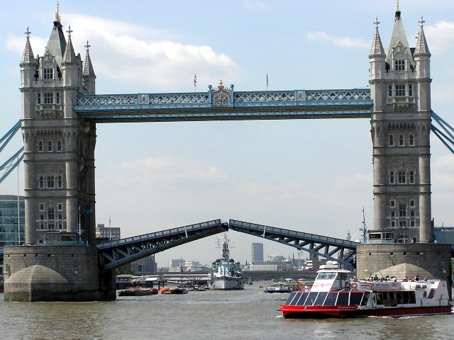 Главной, и, пожалуй, самой известной изюминкой Лондона является Тауэрский мост. Его образ тесно переплетается со столицей Англии, и по сегодняшний день способен удивить своей величественностью и строгостью форм