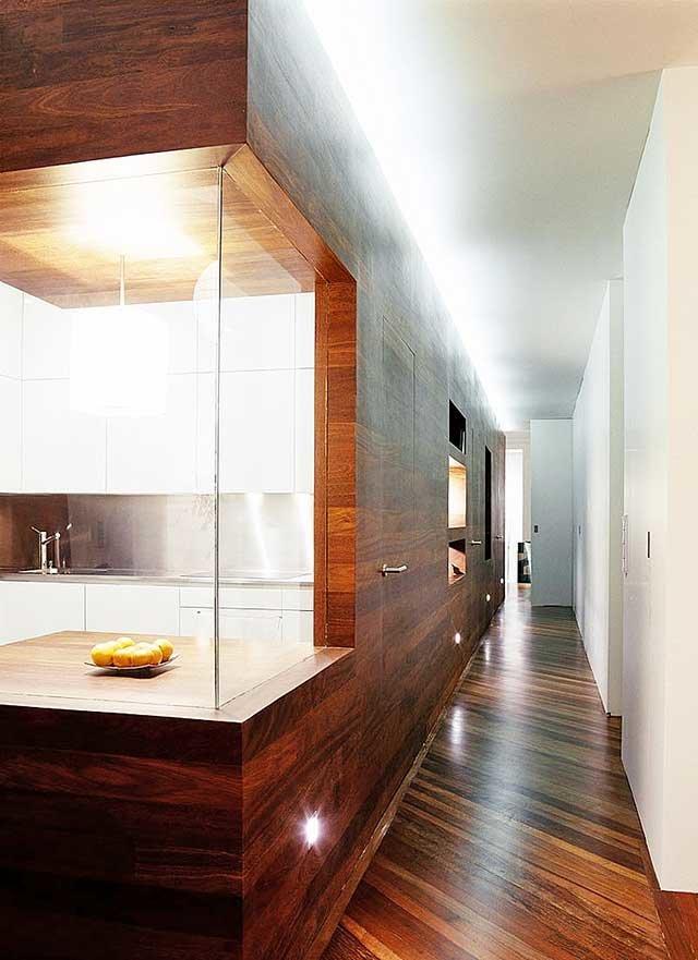 Как сделать дизайн коридора удобным, красивым и функциональным? Правильно подобрать материалы, расставить мебель и уделить внимание мелочам!
