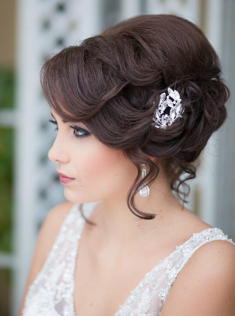Если вы решили сэкономить в этот день на таком важном элементе, не стоит переживать, ведь даже на свадьбу можно приготовиться самой и представить себя стилистом, конечно, учитывая изображения и картинки с примерами и стильными вариантами.
