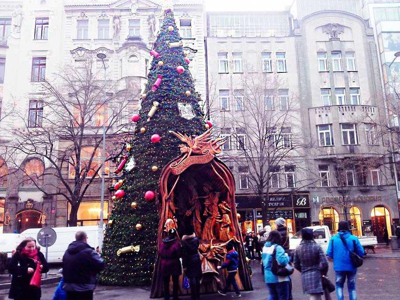 Новогодние и рождественские елки Праги радуют туристов.