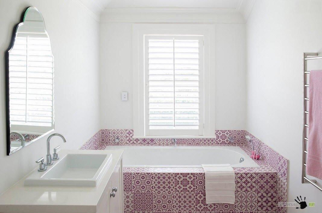 Зеркало необычной формы в маленькой ванной комнате.