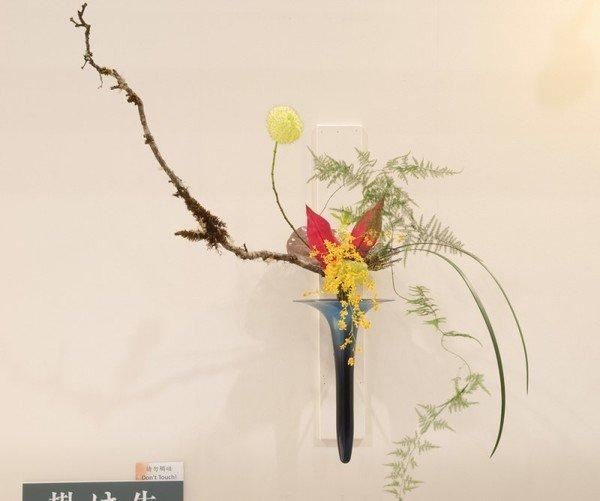 Японское искусство составления букетов - икебана - постепенно стало известно по всему миру. Все больше любителей подобных композиций появляется и в России.