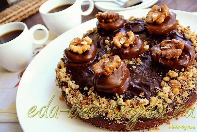 Фото шоколадный торт с черносливом и орехами