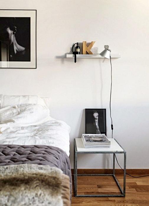 Стул вместо прикроватной тумбочки в спальне скандинавского стиля