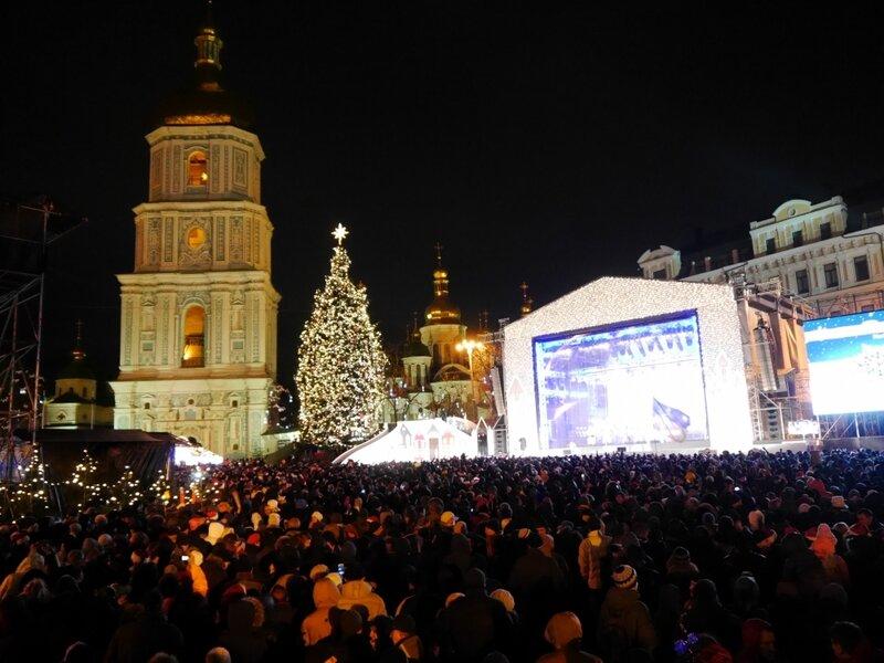 Киевляне и гости столицы встретили Новый год на Софийской площади
