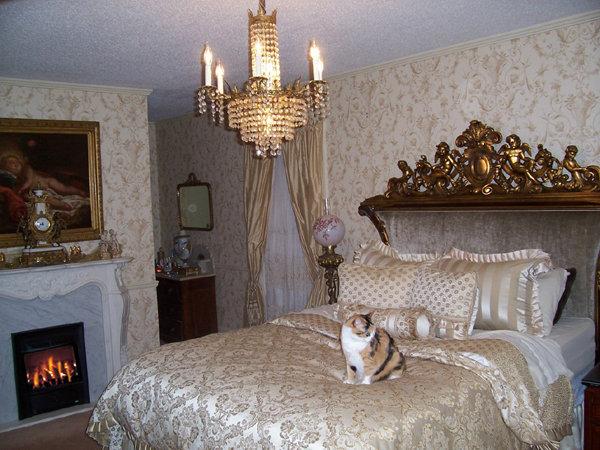 Неотъемлемой частью гостиной или даже спальни является камин (пусть даже электрический) и всевозможные аксессуары к нему.
