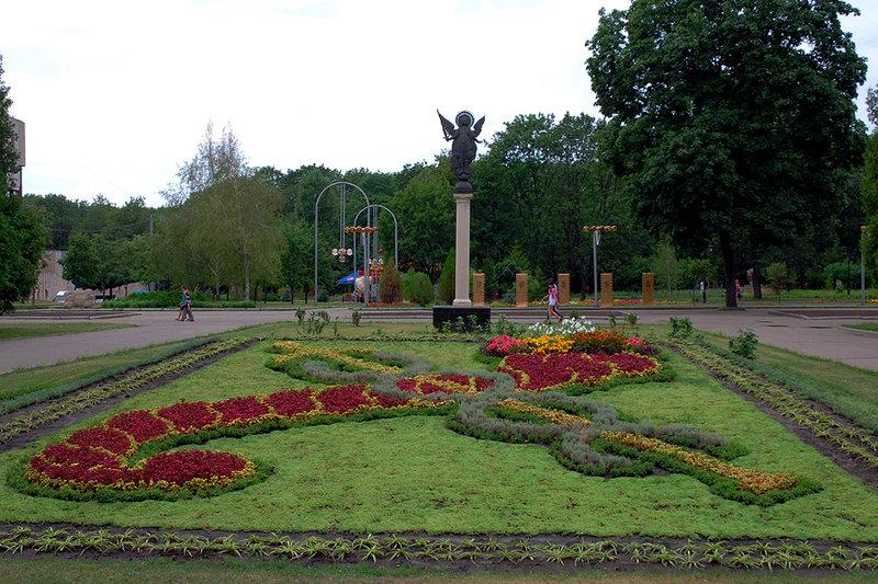Великолепный сад им. Шевченко, раскинувшийся недалеко от главной визитной карточки Харькова – площади Свободы, является старейшим и красивейшим парковым комплексом города.