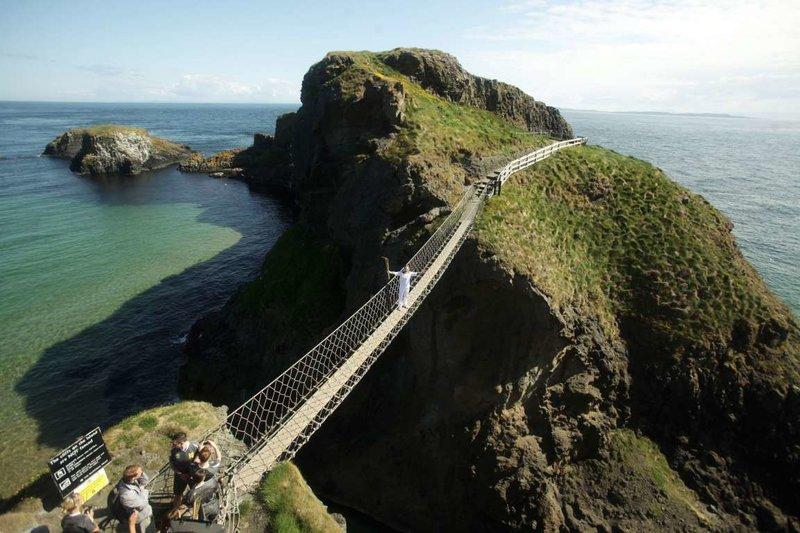 Канатный мост Каррик-а-Рид в Ирландии, построенный местными рыбаками, простирается прямо над 30-метровой пропастью